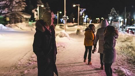 Revontulisafarin alkamista Saariselän kylän keskustassa Inarissa lauantai-iltana osotelleet shanglaiset nuoret olivat kuulleet Kiinan ryhmämatkapäätöksestä.