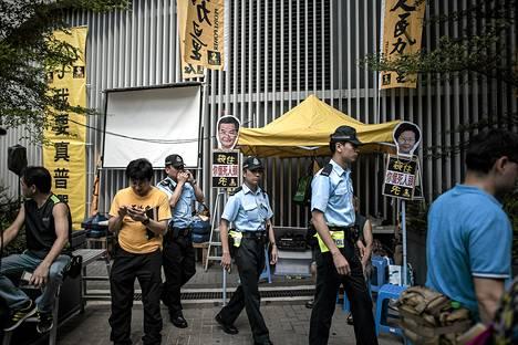 Poliiseja ja demokratia-aktivisteja lakia säätävän Legcon ulkopuolella Hong Kongissa.