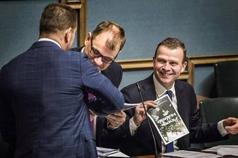 Stefan Wallin luovutti Rkp:n budjettiesityksen pääministeri Juha Sipilälle (kesk) ja valtiovarainministeri Petteri Orpolle (kok).