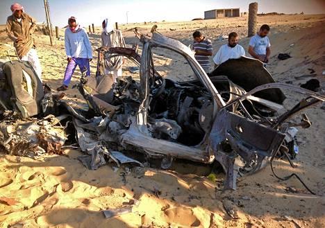Egyptiläiset tutkivat autopommin jälkiä El-Arishissa Siinain niemimaalla 24. heinäkuuta. Väkivalta Siinailla on yltynyt merkittävästi prseidentti Muhammed Mursin syrjäyttämisen jälkeen.