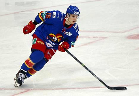 Steve Moses pelaa jälleen Jokerien riveissä. Jokerien ensimmäisellä KHL-kaudella 2014–2015 hän teki runkosarjan yhden kauden maaliennätyksen. Moses teki 60 ottelussa 36 maalia.