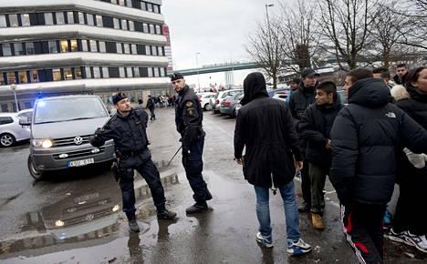 Poliisi rauhoitteli Plusgymnasiet-koulun liepeille kokoontuneita satoja nuoria.