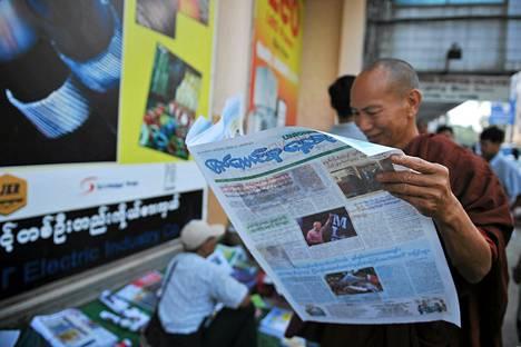 Buddhalainen munkki luki maanantaina The Union -lehteä.