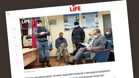 Aleksei Navalnyi odotti poliisien ja asianajajiensa kanssa tuomarin päätöstä maanantaina Himkin poliisiasemalla Genrih Jagodan potretin alla. Kuvakaappaus Life-uutissivustolta.