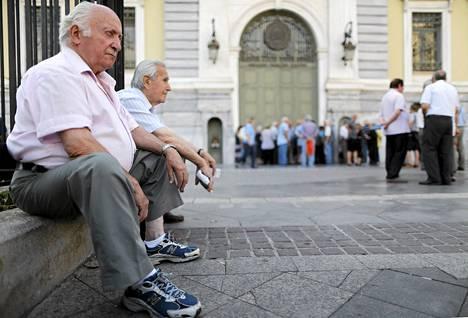 Eläkeläiset odottivat pankin ulkopuolella Ateenassa maanantaina 6. kesäkuuta.