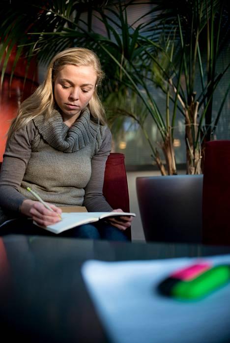 Cené Serjanilla todettiin lukihäiriö lukiossa. Nykyään hän opiskelee Haaga-Helian ammattikorkeakoulussa matkailualaa.