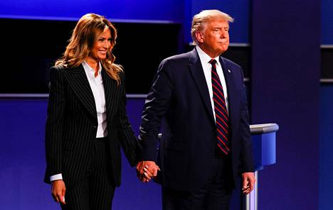 Donald Trump puolisonsa Melania Trumpin kanssa.