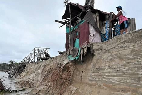 Maanvyörymä uhkasi rantatöyräälle rakennettua majaa Acapulcon lähellä Meksikossa torstaina.