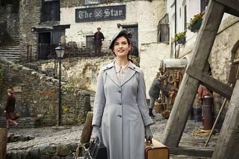 Lontoolaiskirjailija Juliet Ashton (Lily James) matkustaa sodan jälkeen Guernseyn saarelle ja lumoutuu sekä rustiikkisista maisemista että tapaamastaan salskeasta maajussista.