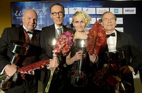 Jari Rautiainen, Jarmo Ahonen, Viviane von Hertzen ja Seppo Pehkonen poseerasivat Kehon ja mielen mestarit -palkintojen kanssa.
