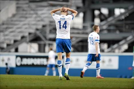 Suomen Tim Sparv (vas). ja Alexander Ring olivat pettyneitä miehiä joukkueen hävittyä Pohjois-Irlannille 2–1 maaliskuussa.