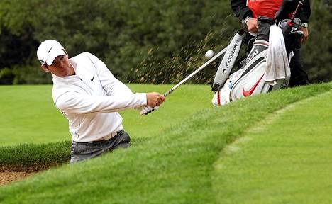 Koira nappasi Paul Caseyn golfpallon Euroopan kiertueen kilpailussa Skotlannissa. Kuva on elokuulta.