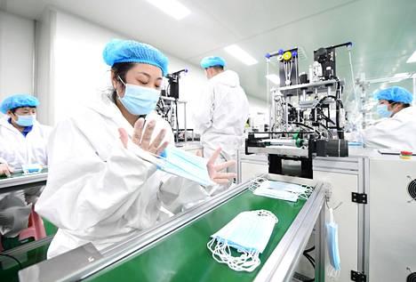Pohjoiskiinalaisessa Hebein maakunnassa sijaitsevassa tehtaassa valmistettiin hengityssuojaimia maaliskuun lopussa.