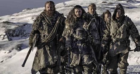 Muurin pohjoispuolella matkaavat Tormund Jättiläisenturma (Kristofer Hivju), Jon Nietos (Kit Harington), Ser Jorah Mormont (Iain Glen), Myrin Thoros (Paul Kaye) ja Gendry (Joe Dempsie).