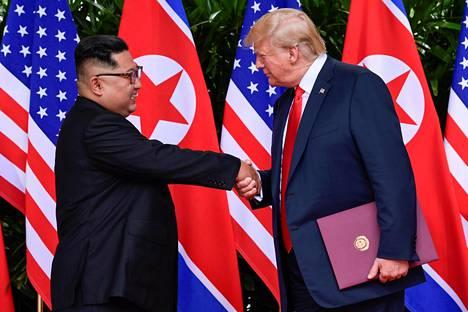 Maiden välisen sopimuksen allekirjoittamisen jälkeen kätellessään Trump ei malttanut olla nykäisemättä Kimin kättä pariin otteeseen.