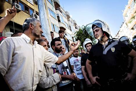 Mellakkapoliisit lopettivat mielenosoituksen kaivosuhrien puolesta vesitykillä, kyynelkaasulla ja pippurisumutteella Soman keskustassa.