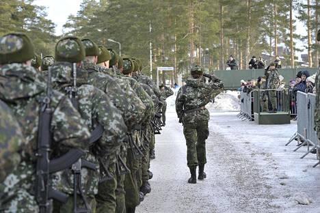 Sotilasvalan jälkeinen ohimarssi Säkylän varuskunnassa vuonna 2019.