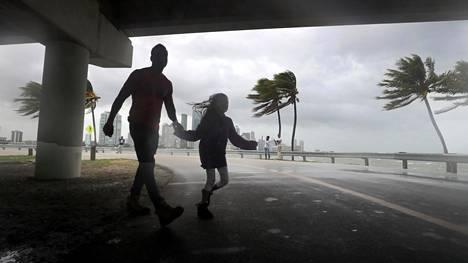 Osa miamilaisista on jäänyt kaupunkiin odottamaan hirmumyrsky Irman saapumista. Myrskyn on ennustettu saapuvan Floridaan varhain sunnuntaina paikallista aikaa.