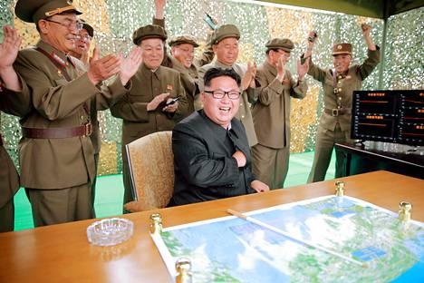 Pohjois-Korean naapureita ja jopa Yhdysvaltoja uhkaavat ydinase- ja ohjuskoeohjelmat ovat edistyneet reippain askelin vuodesta 2016 asti, mistä maa on avoimesti riemuinnut johtajansa Kim Jong-unin johdolla. Päiväämätön kuva on julkaistu kesäkuussa 2016.