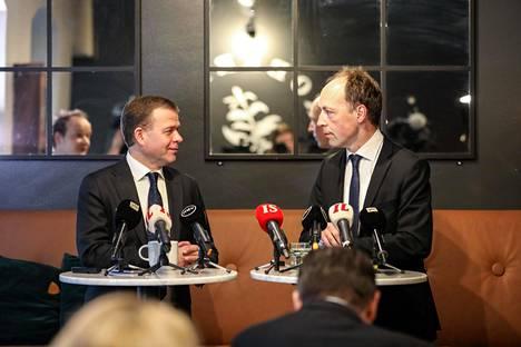 Kokoomuksen puheenjohtaja Petteri Orpo ja perussuomalaisten puheenjohtaja Jussi Halla-Aho kuvattiin viime vuoden maaliskuussa.