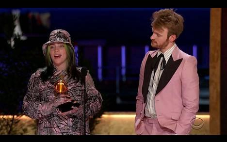Laulaja Billie Eilish ja hänen veljensä Finneas O'Connell voittivat historiallisesti vuoden albumin palkinnon toisena vuotena peräkkäin 63. Grammy-gaalassa maaliskuussa 2021.