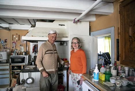 Heikki ja Marja Kyyrö ovat pitäneet talon mahdollisimman alkuperäisenä. Katto ja ovet ovat matalalla, niin kuin 1700-luvun lopussa oli tapana.