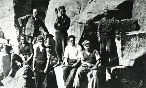 Suomen kiviteollisuus oy alkoi tutkia 1930-luvulla Espoon punaista graniittia. Kuvassa on Suomen kiviteollisuus oy:n työmiehiä Espoon louhoksella vuonna 1937.