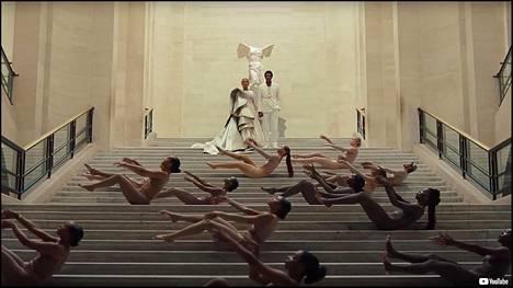 Carterit Samothraken Nike-veistoksen edessä Louvressa.