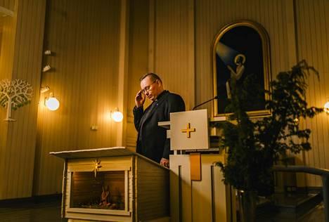 Taivalkosken kirkkoherra Tuomo Törmänen on tutkinut vanhoillislestadiolaisuutta. Hän arvioi herätysliikkeen aseman luterilaisen kirkon sisällä muodostavan rakennelman, jossa lymyää hengellistä väkivaltaa.