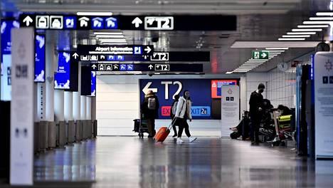 Helsinki-Vantaa hiljeni pandemian vuoksi. Matkustajia liikkui lentoasemalla tammikuun 2021 lopussa.