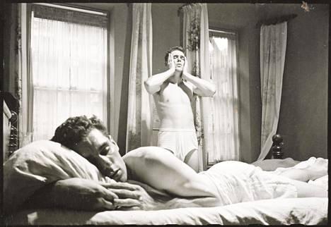 """""""Ammattinyrkkeilijä"""", julkaistu 18.1.1949. Kubrick seurasi kuvaesseesarjassa nyrkkeilijä Walter Cartierin päivää. Artikkelissa asetettiin rinnakkain brutaalit kuvat Cartierista kehässä ja valokuvia hänen arjestaan."""