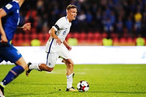 Alexander Ring pelasi Suomen joukkueessa MM-karsintaottelussa Islantia vastaan viime syksynä.