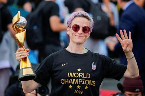 Megan Rapinoe tuuletti Yhdysvaltojen neljättä maailmanmestaruutta maanantaina New Yorkissa.