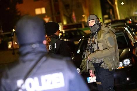 Saksan poliisi ja erikoisjoukot tutkivat ampumisen tapahtumapaikkaa Hanaussa Saksassa.