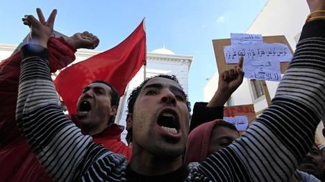 Tunisian maaseudulta saapuneet mielenosoittajat osoittivat mieltään pääministerin toimiston edessä Tunisissa tammikuun 23. päivänä 2011. Presidentti oli jo tuolloin paennut maasta, mutta mielenosoittajat vaativat hallinnon täydellistä uudistamista.