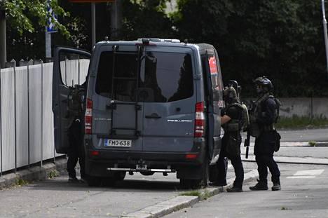 Raskaasti aseistautuneita poliiseja onnettomuuspaikalla Helsingin kaupunginteatterilla.