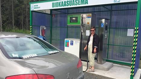 Lea-Elina Nikkilä tankkasi kaasuautonsa Joutsassa kesällä.