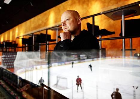 """Päävalmentaja Marko Virtanen seurasi tiistaina JYPin harjoituksi lintuperspektiivistä. """"Sarja alkaa taas alusta"""", hän sanoo välieristä KalPaa vastaan. Otteluvoitot ovat 2–2."""
