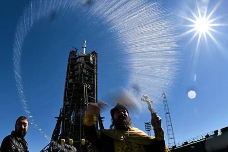 Venäläinen ortodoksipappi siunasi torstaina avaruusaluksen Venäjän vuokraamalla laukaisualueella Kazakstanin Baikonurissa.