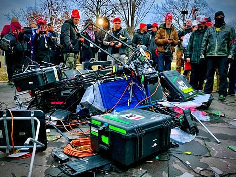Presidentti Donald Trumpin kannattajat seisoivat rikkomiensa median kuvauskalustojen luona mielenosoituksessa keskiviikkona.