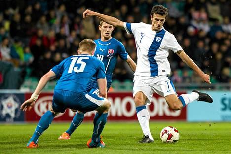 TomᚠHuboèan (15) yrittää estää Roman Eremenkon (oik.) Slovakia-Suomi-ottelussa.