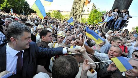Miljardööri Petro Porošenko tervehti kannattajiaan viime viikon torstaina vieraillessaan vaalikiertueellaan Lvivin kaupungissa.