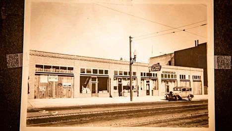 Finnilän saunarakennus. Vuonna 1932 avasi sauna ovensa San Franciscon pääkatu Market Streetillä. Nyt tontin ja sillä olevan rakennuksen arvo on 33 miljoonaa.