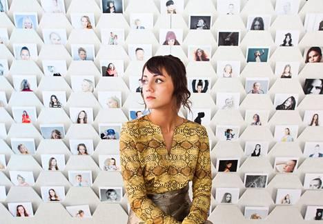 Valokuvaaja-stylisti Evelyn Mora bongaa malleja Studio Eneas -mallitoimistoonsa.
