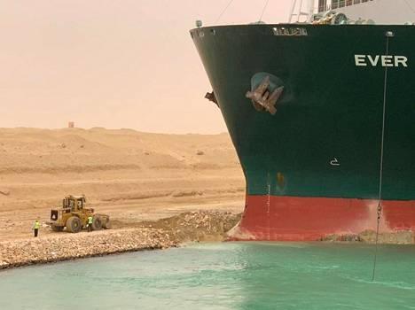 Työntekijöitä jumiin jääneen laivan vieressä Suezin kanavassa keskiviikkona.