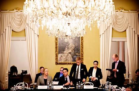 Hallitus pohti vuoden 2014 talousarvioesityksen täydennyksiä Smolnassa Helsingissä tiistaina. Eturivissä valtiovarainministeri Jutta Urpilainen (sd) ja pääministeri Jyrki Katainen (kok).