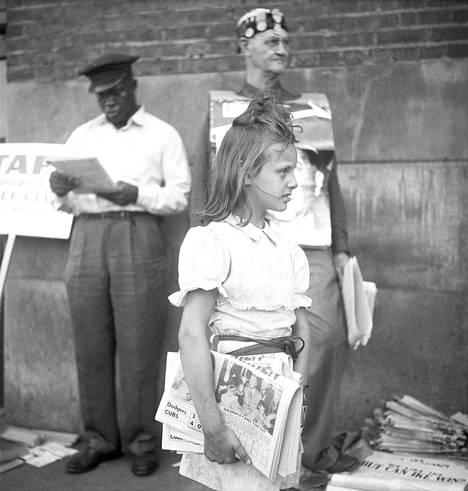 Aiemmin julkaisematon kuva lehtiä myyvästä tytöstä Chicagossa vuodelta 1952.