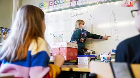 """Opettaja Ronja Heino kertoo, että oppilaat ihmettelivät aluksi, kun syksyllä koulun aikuisille tuli suositus maskin pitämisestä, mutta tottuivat sitten. """"He ovat kuitenkin siinä mielessä muovautuvampia kuin me aikuiset."""""""