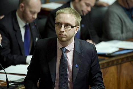 Sinisen eduskuntaryhmän puheenjohtaja Simon Elo sanoi, että poliittisesti hyväksytty pysyvä rakenteellinen yhteistyö tukee kansallista puolustusta.