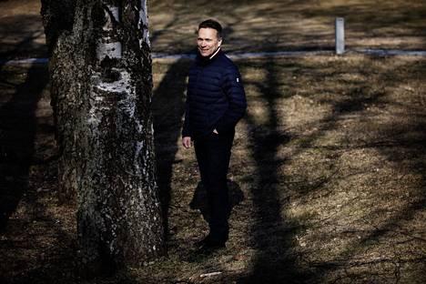 """Timo Ritakalliolle sosiaalisen elämän loppuminen on ollut outoa. """"Koen, että ihminen saa toisesta ihmisestä energiaa."""" Tavallisesti hän on arki-illat erilaisissa kokouksissa ja riennoissa."""